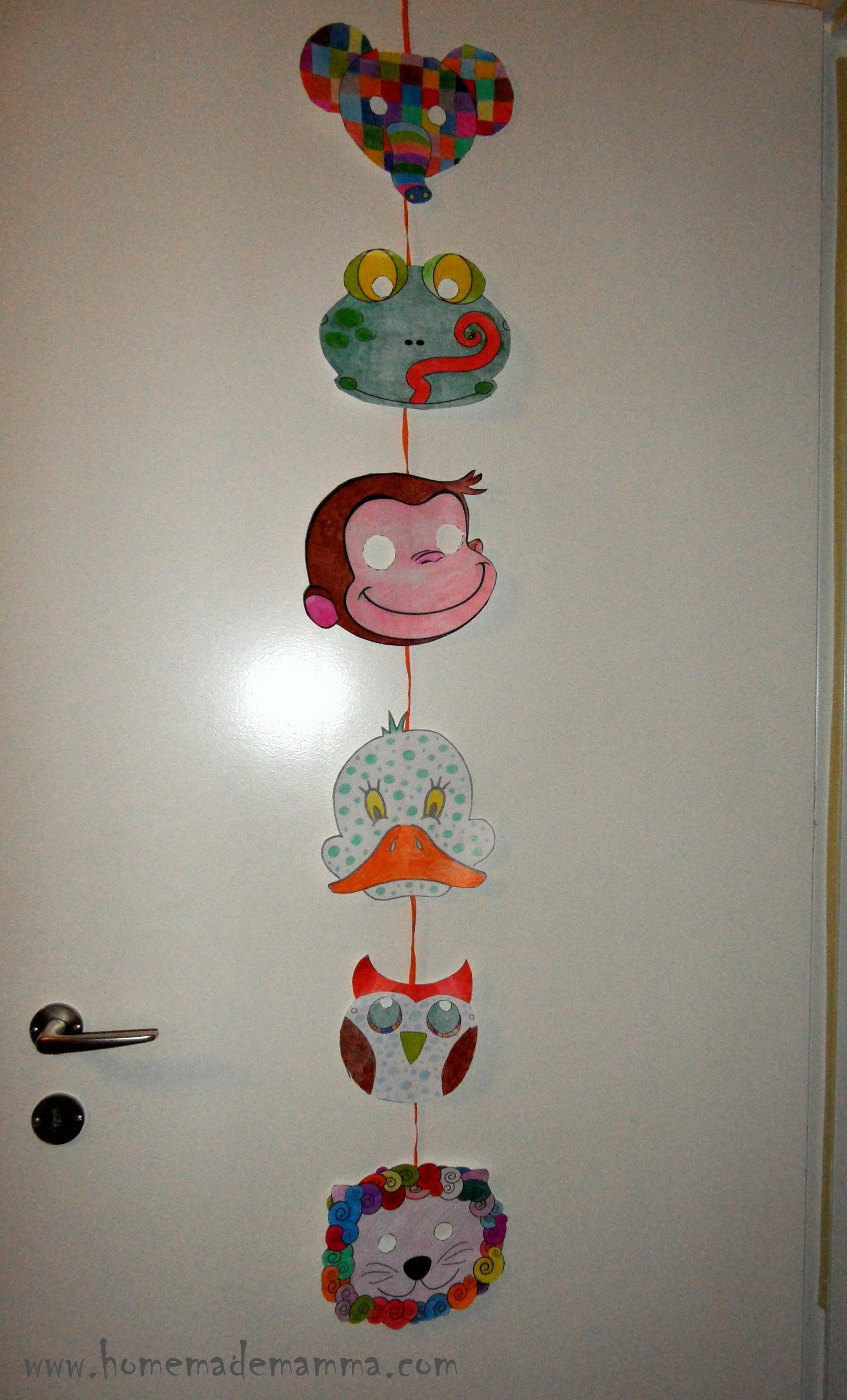 Decorazioni di carnevale la ghirlanda da porta eco idee for Decorare la porta dell aula