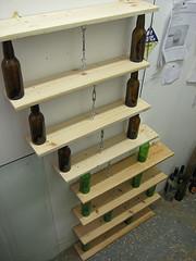 Uno scaffale con bottiglie di vetro